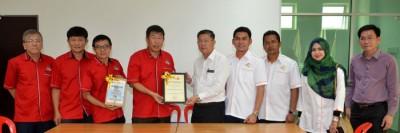 陈国耀(右5)颁发哥打士打最清洁住宅花园奖状予金畔湾花园居民协会主席傅清海。