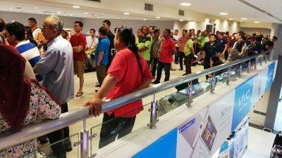 大宗群众周一(26天)当米都特易购购物广场排队,待缴交交通罚单。(档案照)