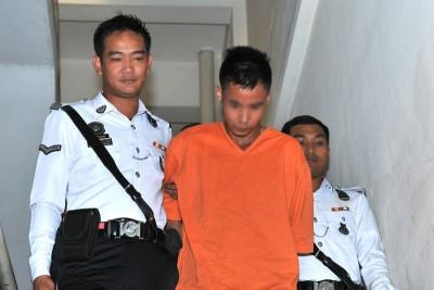 20余岁伊班藉嫌犯周一上午被带上法庭延扣,全程低头不发一言。