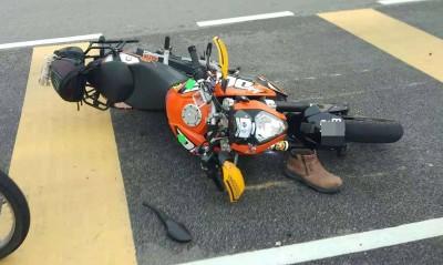 匪徒为摆脱治安队,开车将队员摩托车撞翻。
