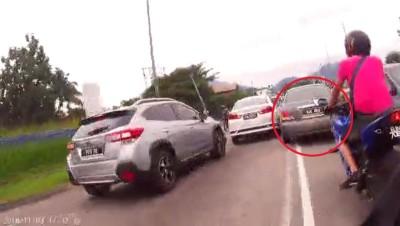 匪徒在繁忙的街道上穿插,令驾驶人士捏把冷汗。