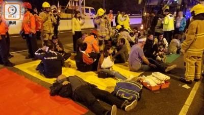 救护员替伤者进行急救。