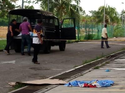 警方把死者遗体移上警车,准备送往诗布朗再也医院。