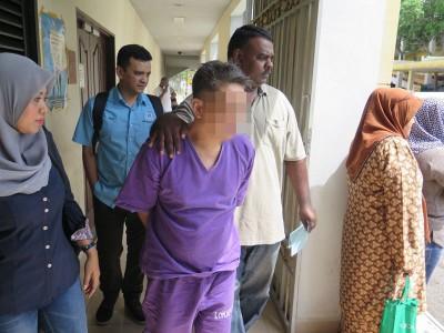 嫌犯被警员押往法庭再度申请延扣,获推事批准延扣5天助查。