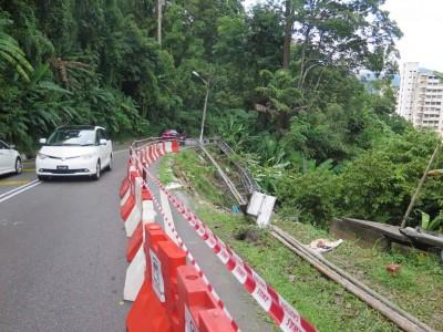 垄尾山路周三凌晨发生一宗泥土倾泻事件,原本设在路旁的防护杆都倾倒了,但未影响山路车辆通行,而承包商工人在动工修复。