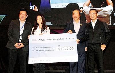 黄荣盛移交5万令吉模拟支票给拉曼大学学院槟州分院院长卓月圆。右起:陈宝春、黄荣盛、卓月圆及张可慰。
