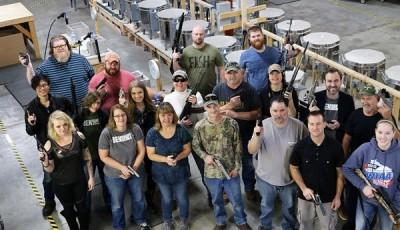 """""""BenShot""""公司给每一位员工一人一把手枪作为圣诞礼物。"""