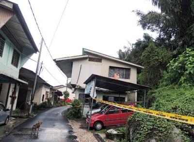 吴俊益与当局巡视灾区。