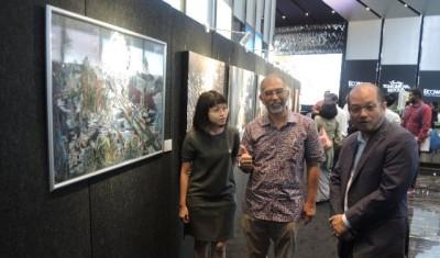 峇迪亚(中)对大奖得奖者叶莉敏(左)的作品竖起姆指赞好,右为槟州画廊主席李凯。