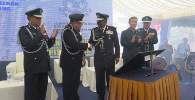 达到威甘(蒙)于尤端祥(右2)陪伴下,啊峇都丁宜警察局主持启用仪式。