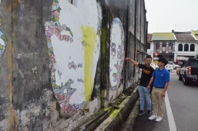 郑又强(左)以及陈维铭遗憾壁画被人破坏。