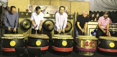 """林祥泰(中)为""""第二届拿督林祥泰杯.槟威中小学华语卡拉OK歌唱比赛""""进行击鼓仪式。"""
