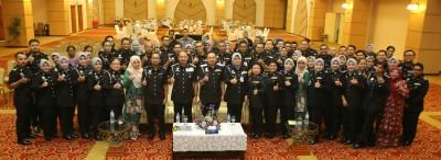 慕斯达法与霹雳州移民局官员们合影。