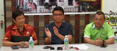 陈家兴(中)与出席者分享各项旅游计划。