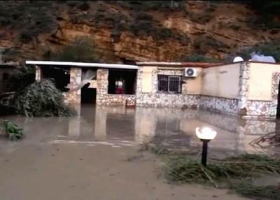 河流决堤淹没住家,屋内多人惨遭溺毙。(网路图片)