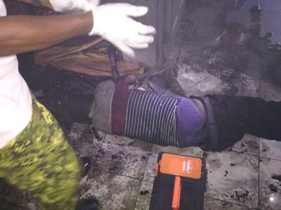 消拯员在楼上一间房门口旁发现死者。