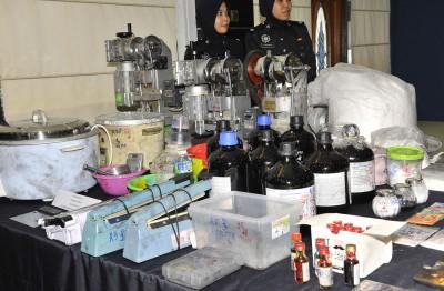 警方在双层排屋内起获炼毒化学产品及炼毒工具。