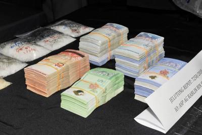 警方起获一笔现金。