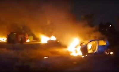 暴徒焚烧轿车。(档案照)