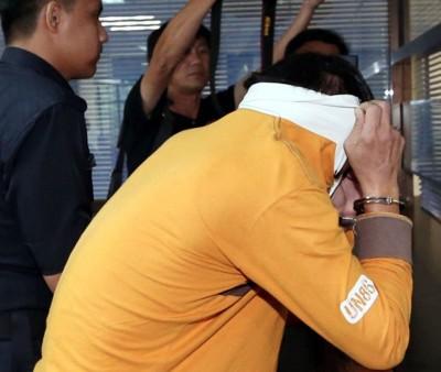 前军人乱伦和鸡奸患癫痫症的女儿罪名成立,拉起衣领遮起脸貌。