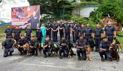 警方周二与警犬在警犬纪念馆合照。