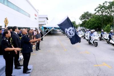 诺拉昔周四在道路安全运动活动时挥旗,象徵交警开始展开检举违规行动。