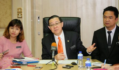 林冠英(中)由张念群(左起)及张聒祥陪同会见中文媒体,放话财政放会调查马华调涨拉曼大学学院学费。