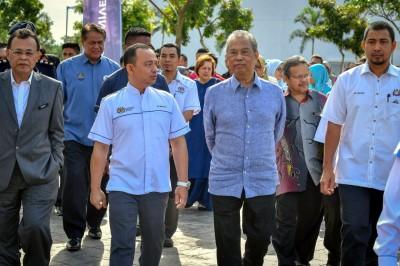 教育部长马智礼(前排左2起)与慕尤丁巡视巴莪高等教育枢纽。