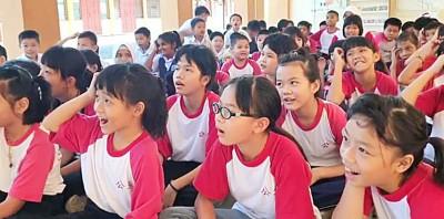 看着平时严肃教导的老师们,如孩子般欢庆,比学生更加快乐的心情,在场学生看傻眼,整段视频气氛有趣又可爱。