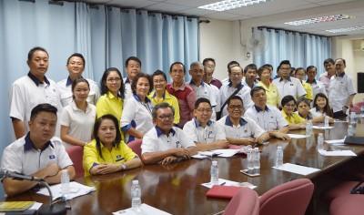 由郑再安(前排左5)为主席的马华玻州联委会新阵容合影。前排左起:林咏奇、林月娣、陈仲、蔡天喜、郑再安及陈新力。