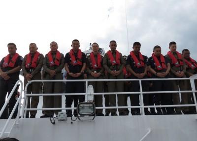 地面人员成功打捞凤凰号发出水后,望罹难者默哀一分钟。
