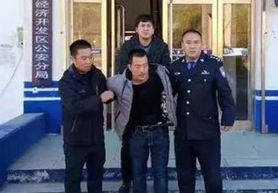 韩某(前排中)盖与妻争执而厌世。