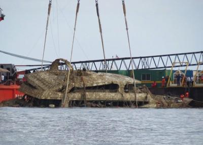 起重机成功吊起沉船凤凰号。