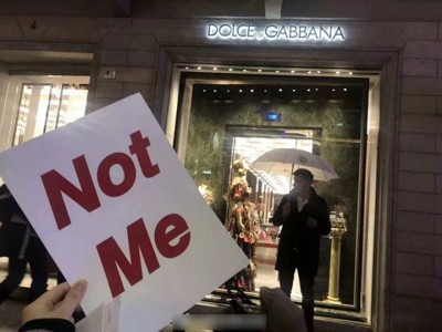 参与者带备Not Me纸牌。