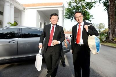 首次以首长身份在槟州议会内提呈2019年财政预算案的曹观友(左)一早就与议长刘子健一同抵达并且准备进入议会中。