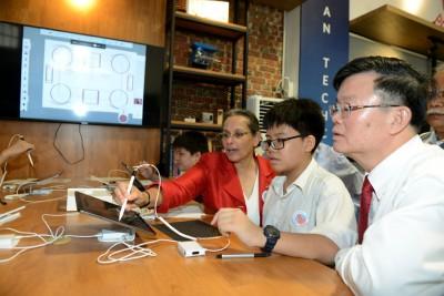 曹观友及雷荷花参观美国科技专区。