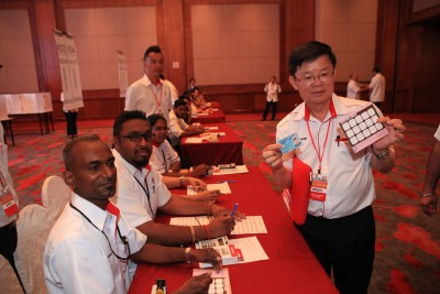 槟行动党原任主席曹观友展示选票,准备投下神圣一票。