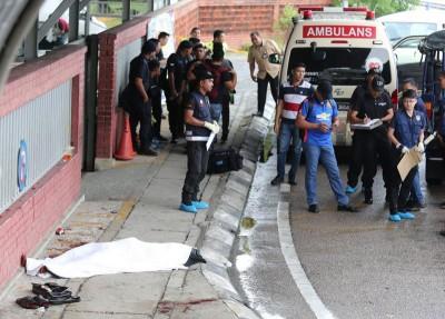 警方在案发现场展开调查,死者躺卧在地上,已盖上白布。