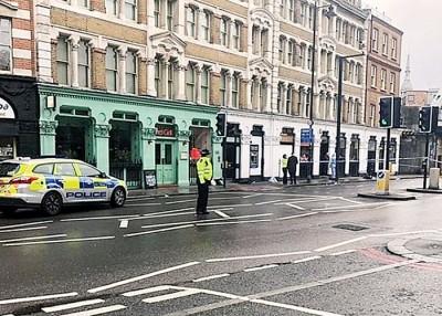 警方封路调查持刀袭击案件。
