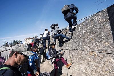 数百名难民冲击边境。(法新社照片)