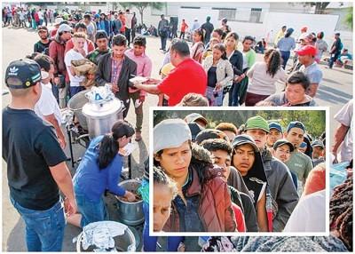 难民轮候领取食物。