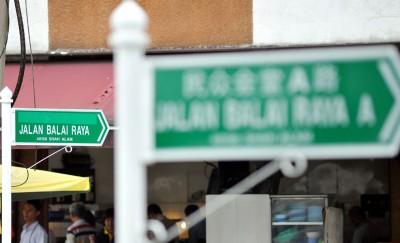 一些路牌的中文字体被遮盖。