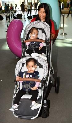 15个月大的伊尔登尼玛和伊尔登达瓦在母亲的陪同下出院。