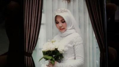萨里吧死去的未婚夫穿上婚纱独照。
