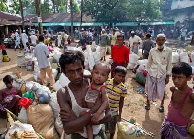 数以十万计罗兴亚人逃往孟加拉。