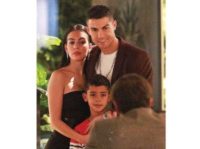C罗纳差不多牵同女友乔治娜与儿子一家人享受度假。