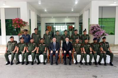 曹观友(盖者左5打)、刘镇东和莫哈最后拉瓦(盖者左3打)、玛祖基、阿都拍兹、诺鲁阿春秋里同诸多军官合影留念。