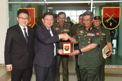 玛祖基(右起)给纪念品予曹观友(左2),鉴于刘镇东(左)陪伴。