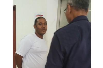 被告阿曼阿米鲁闻判后被押出法庭,入狱前与家人道别相拥而泣。