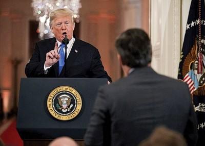 特朗普(左)经常在记者会上,跟    记者针锋相对。